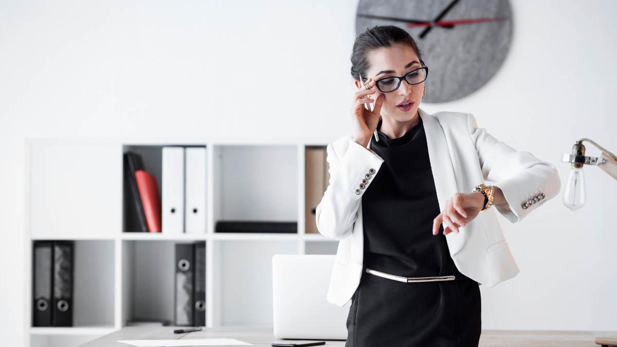 mujer empresaria mirando el reloj