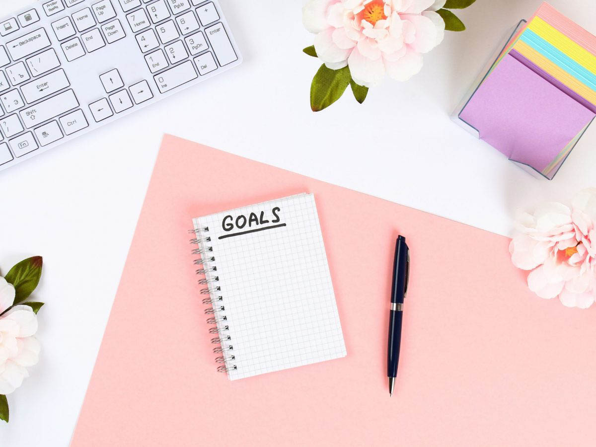 mesa con cuaderno objetivos